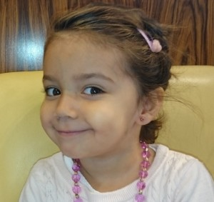 Petite fille avec boucles d'oreilles