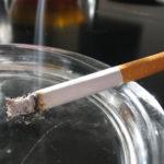 Une cigarette posée sur un cendrier
