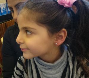 Fillette de profil après perçage des oreilles