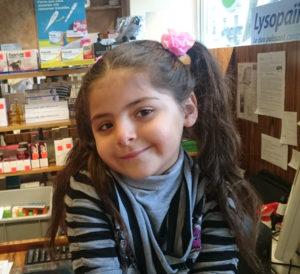 Petite fille avec les emplacements marqués au feutre sur les oreilles